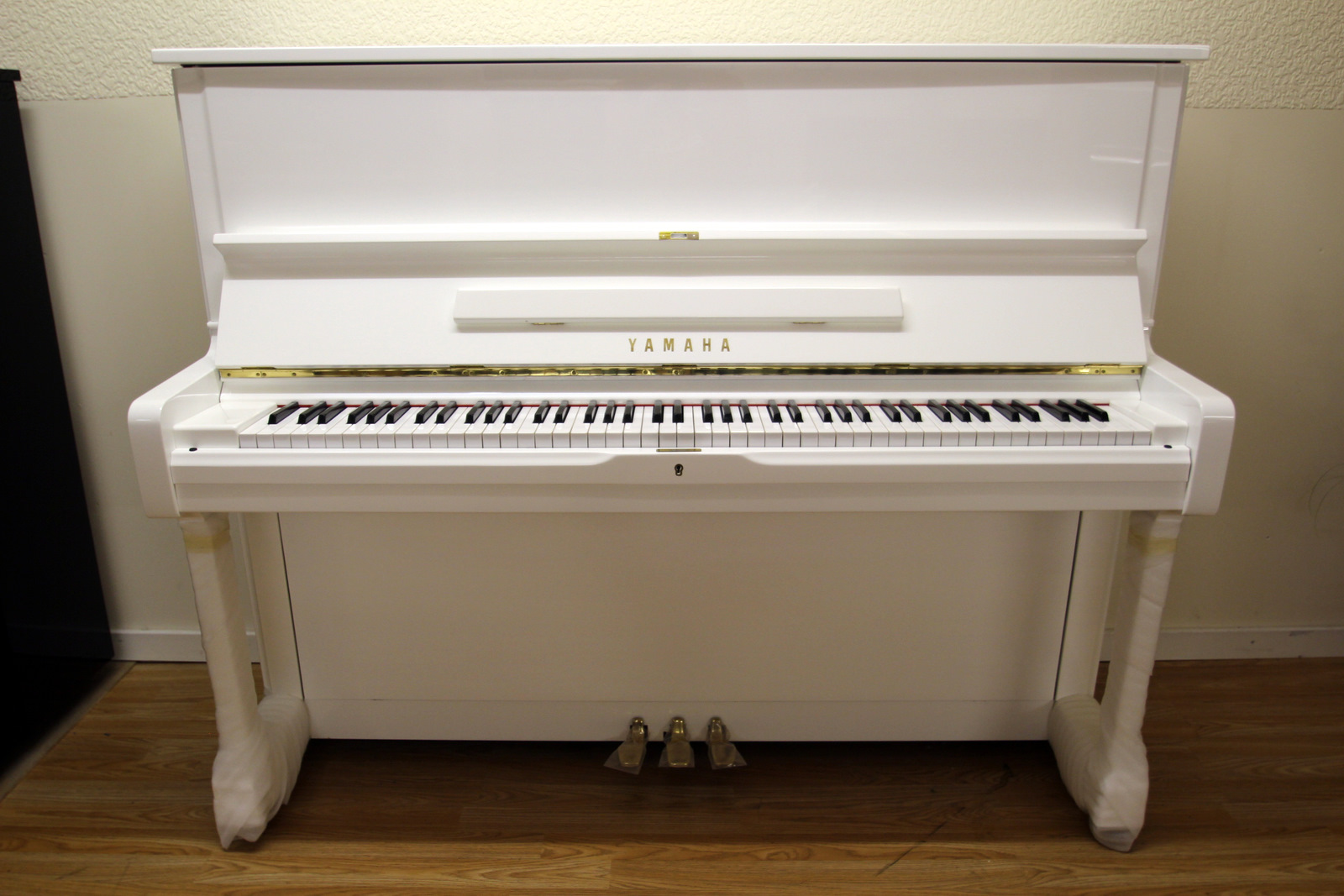 White yamaha u1 upright piano for Yamaha piano upright